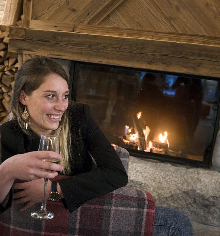 The living room with fireplace - Résidence Amaya - Les Saisies | MGM Hôtels & Résidences
